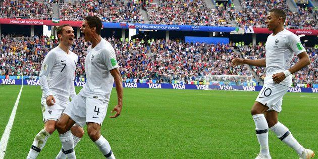 Première mi-temps du match France - Uruguay: Raphael Varane célèbre son but avec Antoine Griezmann, qui...