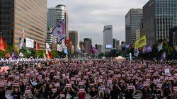 Des dizaines de milliers de Sud-Coréennes défilent contre la