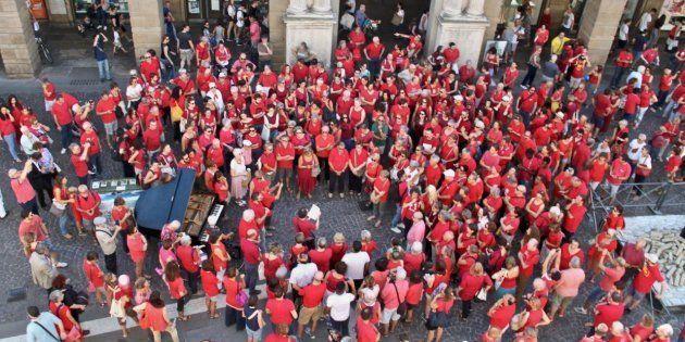 En Italie, une association a demandé aux habitants de se vêtir de rouge pour dénoncer la politique anti-immigration...