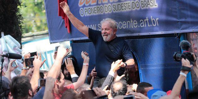 Luiz Inacio Lula da Silva devant des suporters en avril