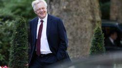 Le ministre du Brexit démissionne, camouflet pour Theresa