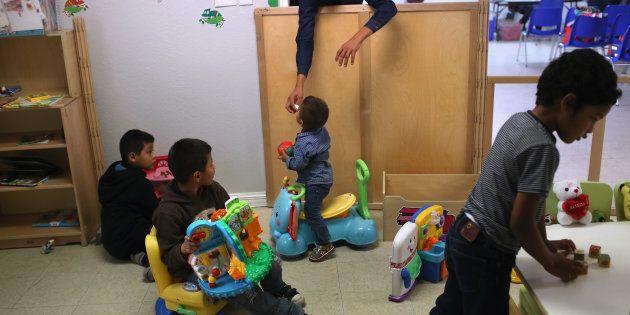 Des enfants jouant dans un centre de jour pour migrants au Texas, en février