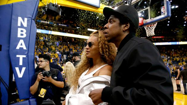 Le couple en pleine parade lors d'un match de NBA en avril