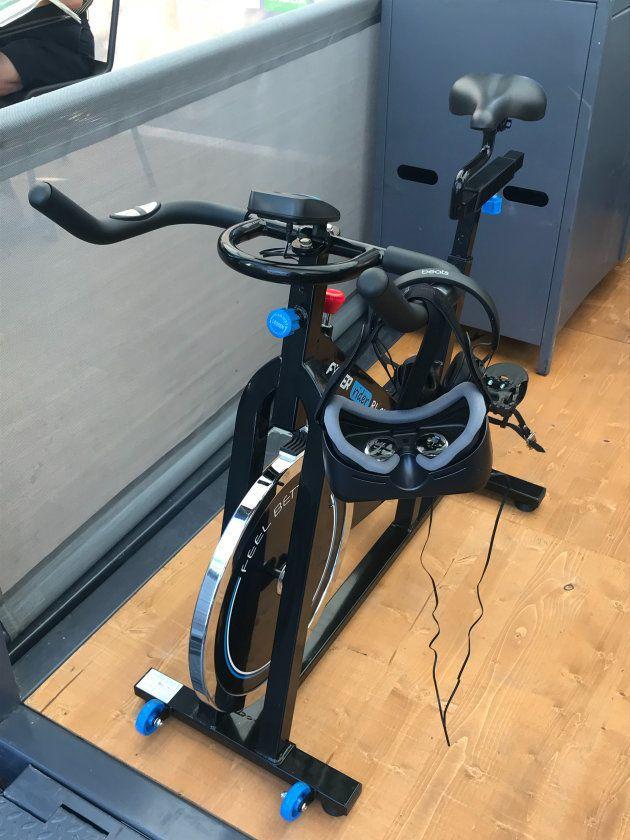 Le vélo et le casque qui attendent les visiteurs du stand Orange sur le Village Départ du