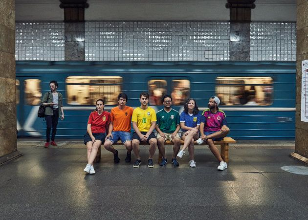 """Le projet """"Hidden Flag"""", dans le métro moscovite. Mateo, interrogé par le HuffPost, est tout à droite, et représente la Colombie."""