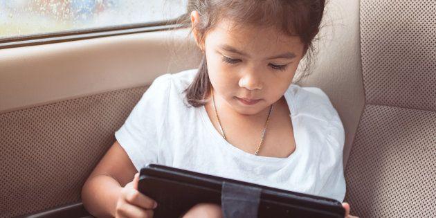 Pour éduquer leurs enfants sur la sécurité en ligne, les parents doivent avant tout montrer