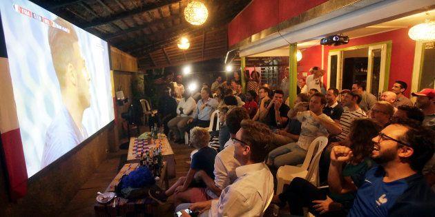 Des fans français devant le match France-Belgique ce mardi 10