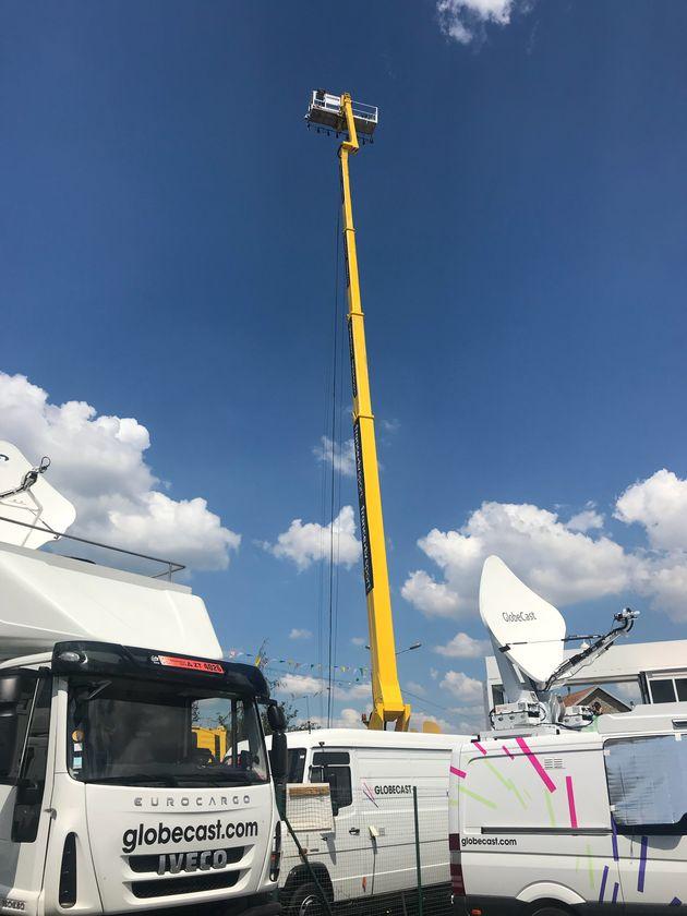 La grue réceptionne les images des caméras du Tour près de la ligne d'arrivée de chaque