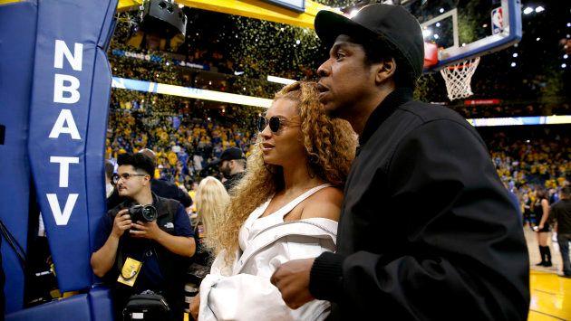 Le couple en pleine parade lors d'un match de NBA en avril