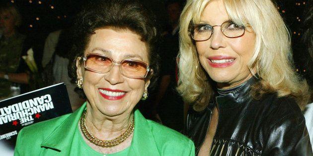 Nancy Sinatra Sr. (à gauche), ici en 2002 avec sa fille, chanteuse Nancy Sinatra