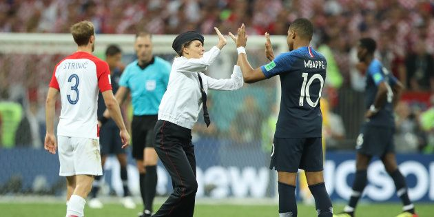 Kylian Mbappé échange un salut avec un des streakers qui a fait irruption sur le terrain pendant