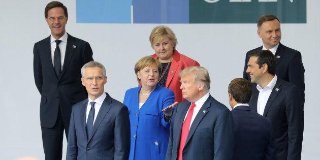 Donald Trump avec Angela Merkel, Emmanuel Macron et le chef de l'Otan lors du sommet du 12 juillet