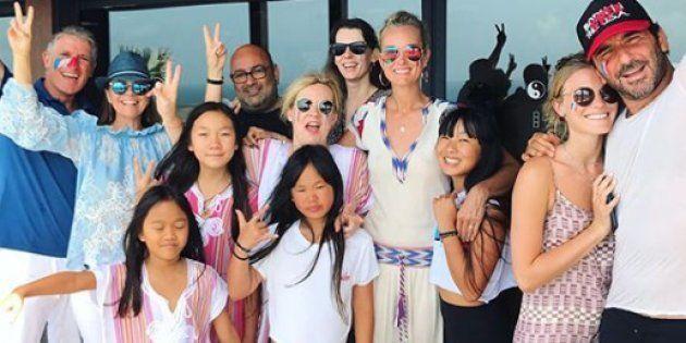 Laeticia Hallyday, Hélène Darroze et leurs filles en compagnie de leurs amis avec qui elles ont fêté...