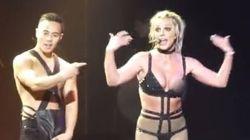 Britney Spears laisse encore échapper un sein lors d'un