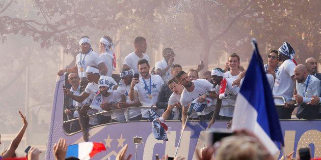 L'équipe de France victorieuse paradant sur les