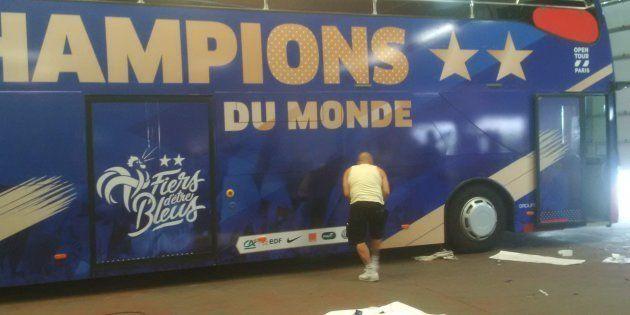 Le bus de l'équipe de France victorieuse en train d'être