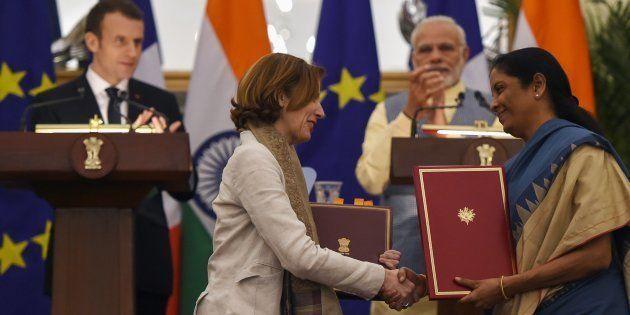 Le Premier ministre Narendra Modi (à droite à l'arrière-plan), le Président Emmanuel Macron (à gauche...