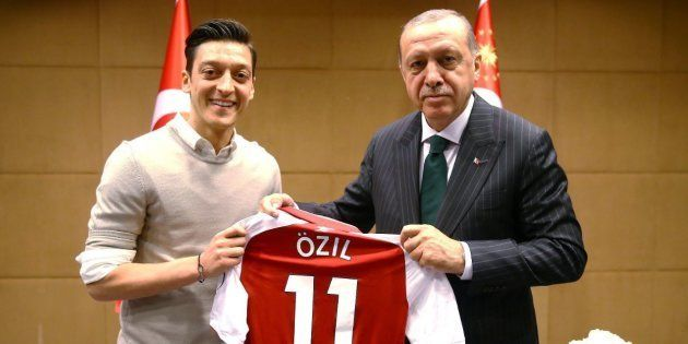 Mesut Özil, critiqué pour une photo avec Recep Tayyip Erdogan, annonce qu'il quitte la sélection