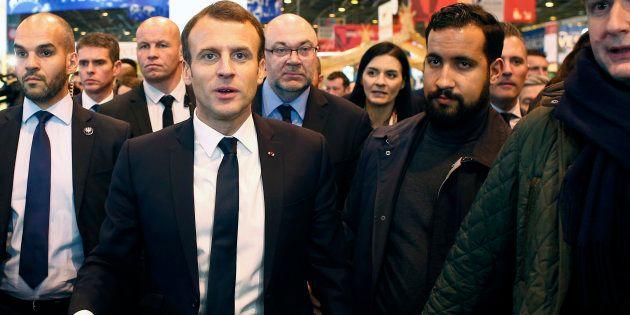 Le Président Emmanuel Macron et son garde du corps Alexandre Benalla le 24 février 2018 au Salon de
