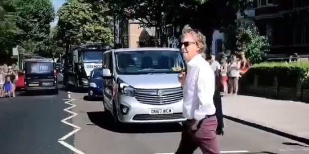 Paul McCartney traverse Abbey Road à