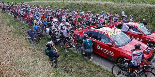 Tour de France 2018: la 16e étape interrompue après des jets de gaz