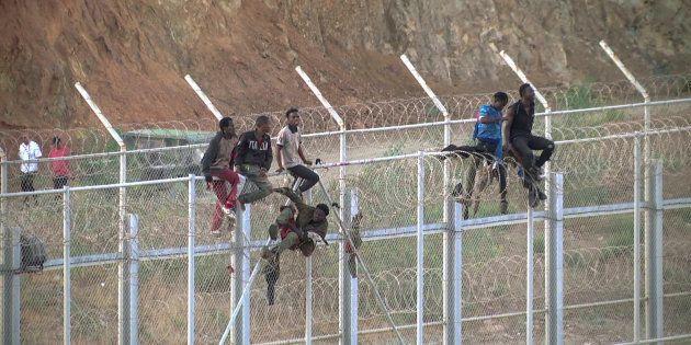 Plus de 600 migrants entrent de force dans la ville espagnole de Ceuta, au