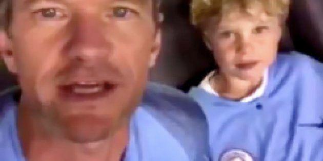 Vêtu du maillot de Manchester City, Neil Patrick Harris encourage...