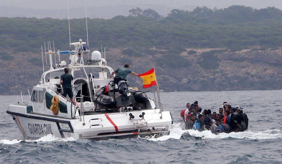 Des migrants accostent sur une plage espagnole sous le regard des