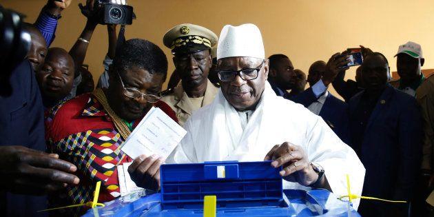 Le président sortant du Mali, Ibrahim Boubacar Keita, vote à