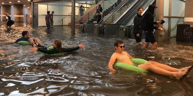 En Suède, les pluies diluviennes ont inondé une gare et ça donne des idées à