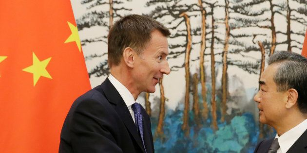 Jeremy Hunt, nouveau ministre des Affaires étrangères britannique, présente sa femme chinoise comme japonaise......