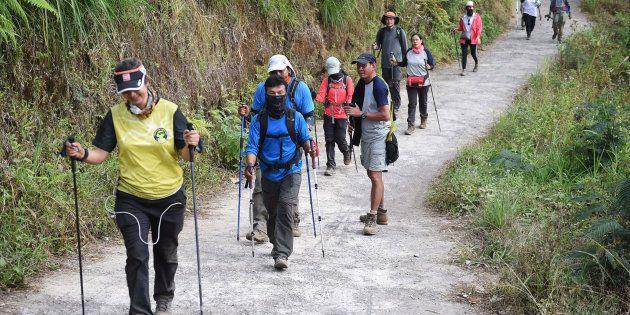 Des randonneurs indonésiens et étrangers redescendent du mont Rinjani à Lombok, en Indonésie, le 30