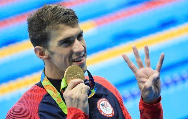 Michael Phelps célébrant une nouvelle médaille d'or aux Jeux Olympiques de Rio en