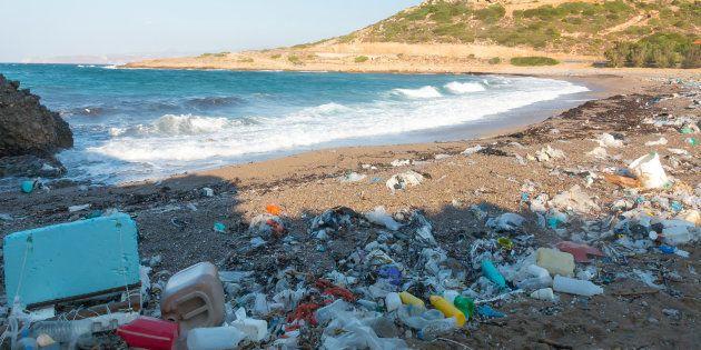 Des déchets plastiques sur une plage de Crète