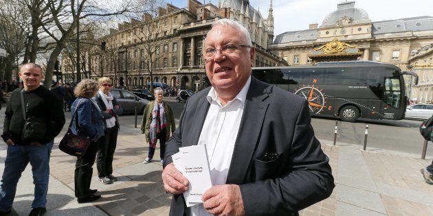 Gérard Filoche devant le tribunal à Paris en avril