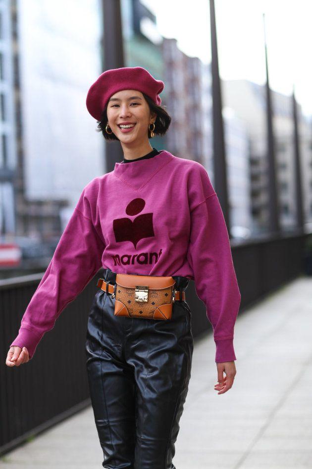L'influenceuse avec un pull Isabel Marant, un sac ceinture et un pantalon en cuir MCM, le 26 novembre 2018 à Hambourg.