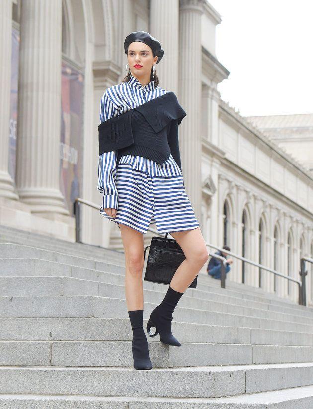 Le mannequin prend la pose sur les marches du Metropolitan Museum of Art le 3 mai 2017 à New York.