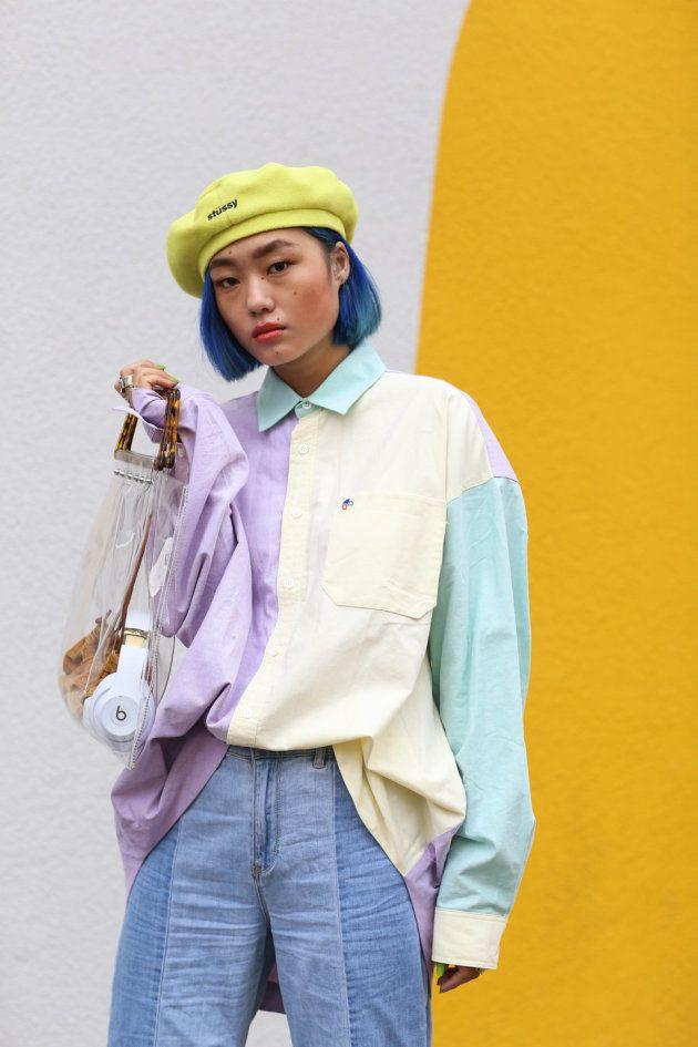 La youtubeuse Kicki Yang Zhang porte une chemise Ader Error, un béret Stussy et un sac Topshop, le 14 novembre 2018 à Berlin.