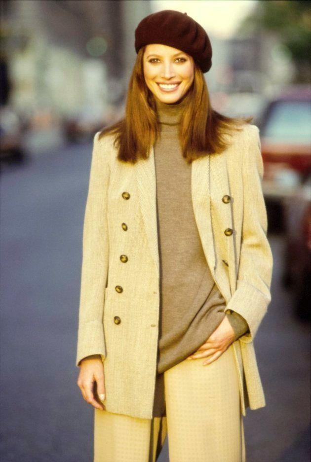 Le mannequin avec un béret marron, un col roulé couleur terre et un tailleur-pantalon.