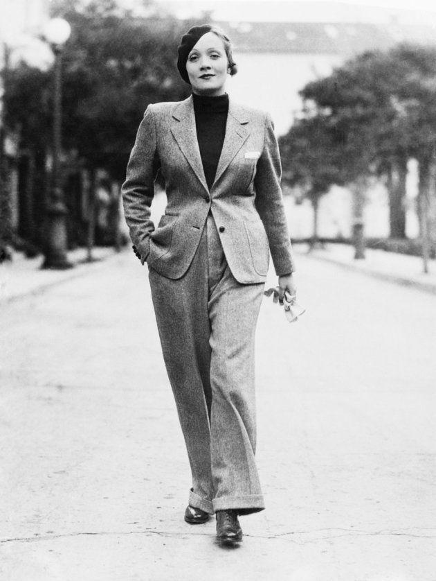 L'actrice est en béret et tailleur-pantalon sur cette photo non datée.