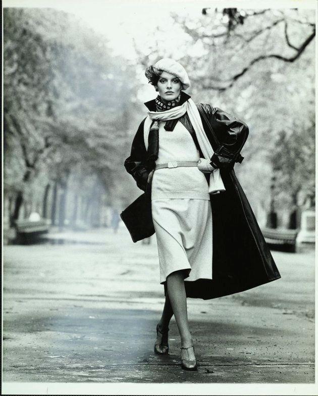 L'actrice et mannequin porte un ensemble en cachemire et un long manteau en cuir signés Calvin Klein, un foulard imprimé Cisco et un béret Don Kline.