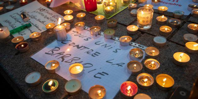 Sur le marché de Noël de Strasbourg le 12 décembre 2018, des bougies en hommage aux victimes de l'attentat...