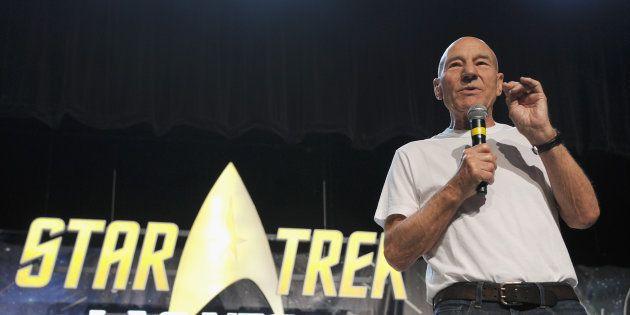 Patrick Stewart annonçant son retour en Jean-Luc Picard à Las Vegas lors d'une convention Star Trek le...