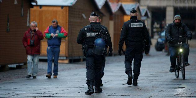 Des policiers sécurisant le marché de Noël à Strasbourg le 12 décembre