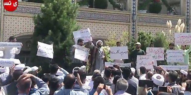 Un religieux s'adresse à des manifestants le 3 août à Machhad, en Iran, où les tensions montent notamment...
