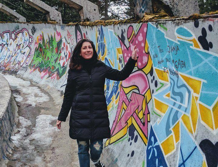 L'auteure sur la piste de bobsleigh abandonnée de Sarajevo, capitale de la Bosnie-Herzégovine.