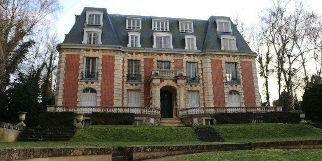 LeChâteau des Vives Eaux si situe à Dammarie-Les-Lys, en