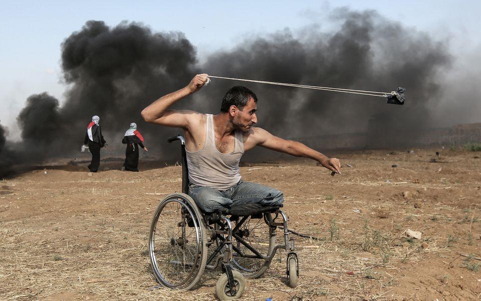 11 mai - Un Palestinien de 29 ans, Saber al-Ashkar, lançant des pierres lors d'affrontements avec les...