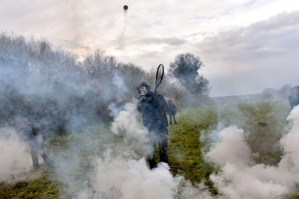 10 avril - Un manifestant utilisant une raquette de tennis pour lancer une cartouche de gaz lacrymogène...