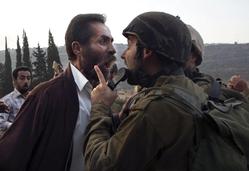 15 octobre - Un homme palestinien se disputant avec un soldat israélien lors d'affrontements au sujet...
